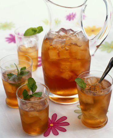 Thé Glacé Menthe: Préparation : 10 mn Ingrédients : - 2 cuillères à café de thé vert - 30 feuilles de menthe fraîche - 20 g de sucre - 1 litre d'eau Préparation : Mettre la menthe, le thé et le sucre dans une casserole, mouiller avec le litre d'eau. Porter à ébulition, puis laisser infuser pendant 10 minutes. Placer un chinois dans un entonnoir, et l'entonnoir dans une bouteille vide et bien nettoyée. Passez l'infusion, et la placer minimum 6 h au réfrigérateur. Bien secouer la bouteille…