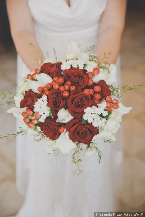 Bouquet di nozze di rose rosse e bacche