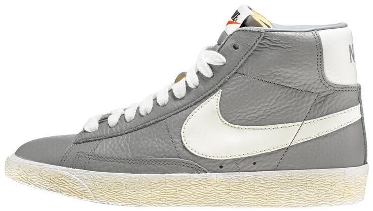 Sneakers donna di ispirazione basket, le Nike Blazer Mid Suede Vintage sono un classico Nike totalmente rinnovato in stile vintage! Tomaia in pelle con logo in pelle su entrambi i lati. Lettering sul retro. Suola in gomma vulcanizzata.    Prezzo: 100.00€    SHOP ONLINE: http://www.athletesworld.it/nike-blazer-mid-leather-vintage-nike-5044014