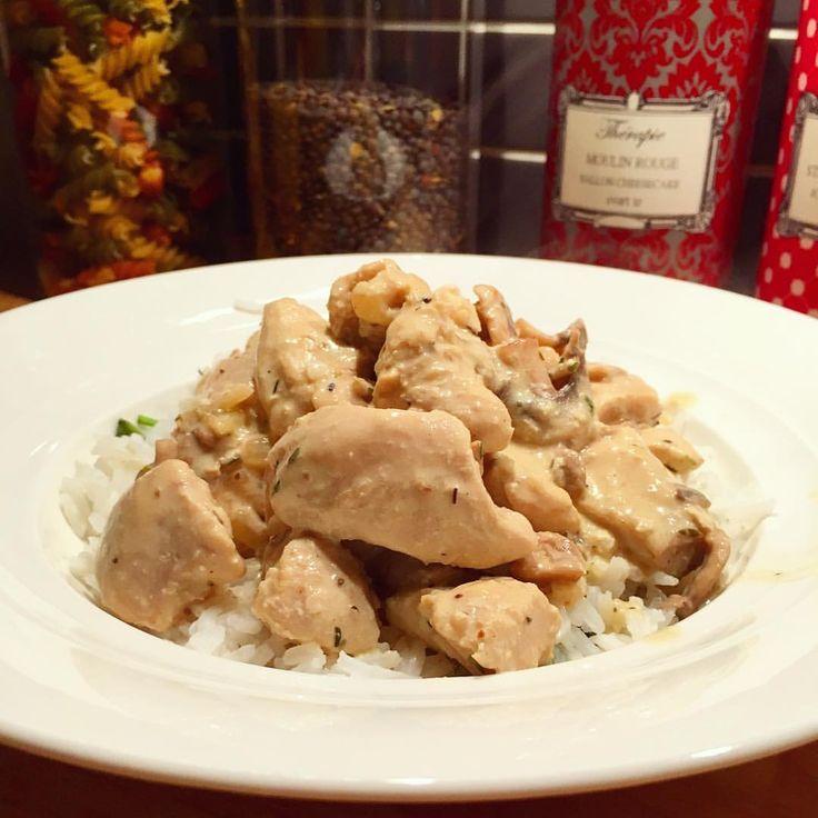 Kycklinggryta med champinjoner, timjan och lätt-créme fraîche. Var riktigt gott denna mörka höstkväll 🍂🍴recept 5-6 portioner: 1kg kycklingfilé  250g champinjoner  2,5 dl lätt crémefraîche  1 msk sojasås 1 msk dijonsenap 1,5 dl kycklingbuljong 2 gula lök  2 vitlöksklyftor Timjan, salt & peppar