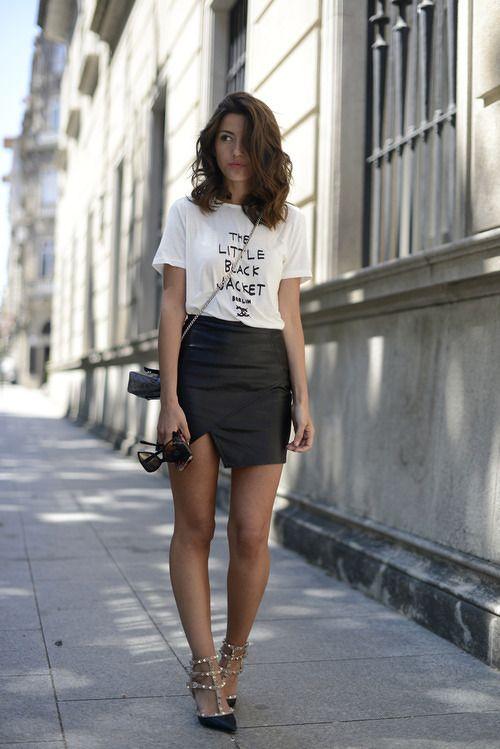 camiseta com mangas dobradas + saia + salto fino