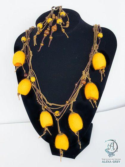 Купить или заказать Колье 'Солнечный зайчик' агат и коконы в интернет-магазине на Ярмарке Мастеров. Акцент этой модели - желтые шелковые коконы тутового шелкопряда и бусины жёлтого агата. Россыпь мелких деревянных бусин и хлопковые шнуры двух оттенков коричневого: горький шоколад и молочный шоколад. Яркое, необычное, заметное - 'активная борьба с осенней хандрой'! Дерево, шелковые коконы и хлопковые вощеные шнуры - натуральные экологичные материалы. Бронзовая фурнитура.