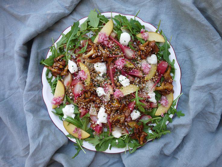 Höstig, matig sallad med kantareller, tunt skivad persika, betor och dijonkräm.