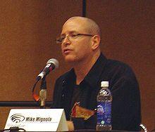 Mike  Mignola. Débutant chez Marvel Comics sur des séries telles que Rocket Racoon, Hulk ou Marvel Fanfare, Mignola est d'abord influencé par Mike Ploog. Il développe un style plus contrasté, proche du clair-obscur et du cinéma expressionniste allemand, au fil des œuvres. Il est désormais connu pour sa série Hellboy. Il a également travaillé sur Batman, la relève  Atlantide, Hellboy