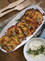 Courgettekoekjes met yoghurtsaus, heerlijke groenten pannenkoekjes met een frisse yoghurtsaus.. Lekker als lunch of bijgerechtje. Recept op Cookingdom, via bron