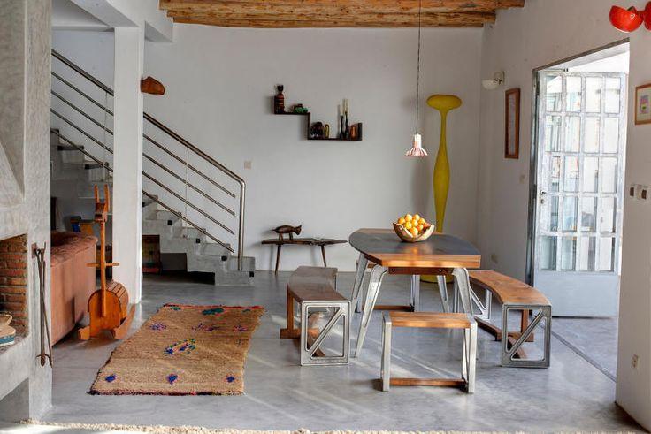 Столовая является частью жилой комнаты. Современная мебель в столовой отлично гармонирует с традиционным марокканским декором.  (средиземноморский,архитектура,дизайн,экстерьер,интерьер,дизайн интерьера,мебель,столовая,дизайн столовой,интерьер столовой,мебель для столовой,жилая комната) .