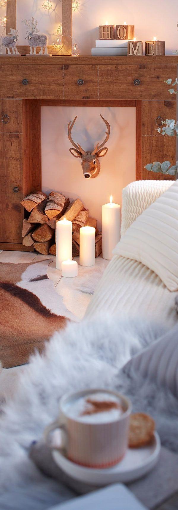 """Ein """"Hirschkopf"""" aus weichem Plüsch ist ein Eyecatcher für Räume im Landhausstil und passt optimal zu warmen Holz- und Naturtönen."""