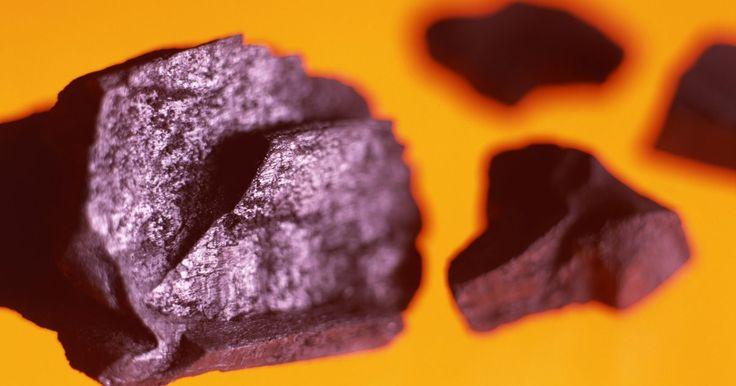 Cómo quemar carbón en casa. A algunas personas les gusta usar carbón en lugar de madera como combustible casero para el hogar. Una tonelada de carbón produce una cantidad igual o mayor de calor que la quema de madera, debido a que el carbón es más denso. Además, el carbón es un mineral, de modo que resiste el agua y no atrae insectos como la madera, que es biomasa. Sin ...