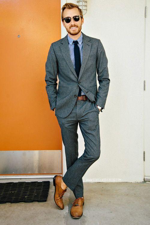 Acheter la tenue sur Lookastic: https://lookastic.fr/mode-homme/tenues/blazer--pantalon-de-costume-chaussures-richelieu-cravate-ceinture/652 — Cravate bleu marine — Chemise à manches longues bleu clair — Blazer gris foncé — Ceinture en cuir brun — Pantalon de costume gris foncé — Chaussures richelieu en cuir brun clair