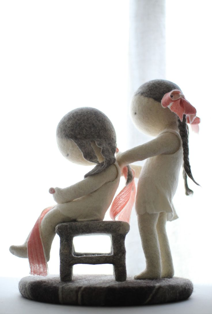 Волосы - длинные, путаются. Расческа неудобная, больно дерёт. Надо начинать с кончиков. Сестра это знает. Придерживая второй рукой часть волос, и продолжает чесать.…
