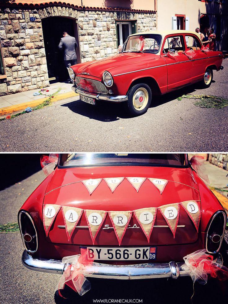 voiture rouge et fanions