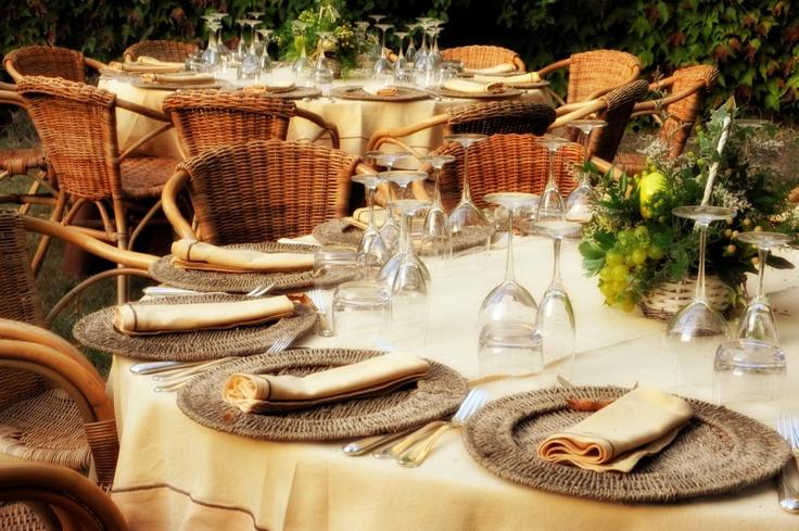 Coordinato Elisetta marrone e giallo, sottopiatto in corda e poltroncina in vimini / DoubleElisetta tablecloth yellow and brown, rope tablemat and wicker armchair