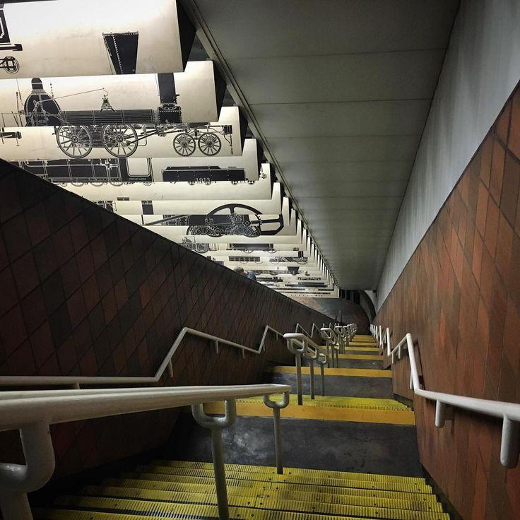Escadaria comum na estação da Praça Porter de MTBA (Estação de Metrô, Terminal de Ônibus e Estação Ferroviária) em Cambridge, estado de Massachusetts, USA. Fotografia: @wanderlust_gal no Instagram.