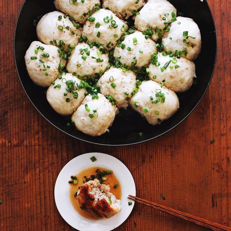 いいね!7,809件、コメント20件 ― Masaki Higuchiさん(@higuccini)のInstagramアカウント: 「Pan fried pork bun . 生煎饅頭😋 豚肉の餡に、モッチリした発酵生地、鉄パンで蒸し焼きし、底面をカリっと焼き上げた包子。やっぱコレも好き! . #生煎饅頭 #生煎 #生煎包…」
