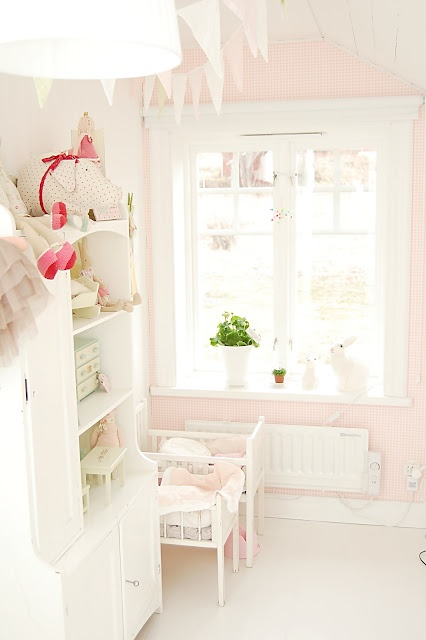Pale pink girls room (ummm 3 girls under 5 years old how clean would this stay i wonder)