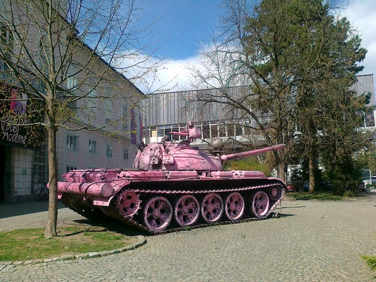 National_Museum_of_Contemporary_History_2012_pink_tank.jpg (2048×1536) Attribution-No Derivative Works 2.5 Generic culture.si