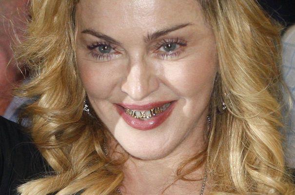 Madonna avec un grillz sur les dents