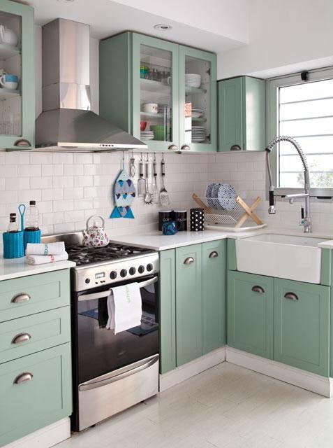 Cocina colorida en verde agua y azulejos tipo subway.