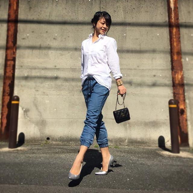 デニム風のジョガーパンツはスポーティな印象に。アラフォー(40代)女性のおすすめジョガーパンツコーデ♬