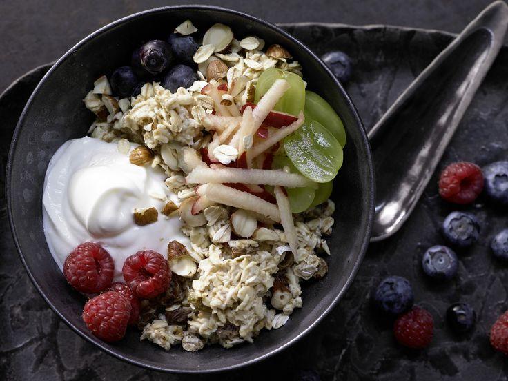 Verlockende Frühstücksmischung: fruchtiges Birchermüsli mit Äpfeln, Weintrauben, Beeren, Sultaninen und Haselnüssen - smarter - Kalorien: 523 Kcal - Zeit: 20 Min. | eatsmarter.de