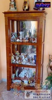 Tükrös hátfalú vitrin, dísztárgy, családi ereklye bemutató szekrény.