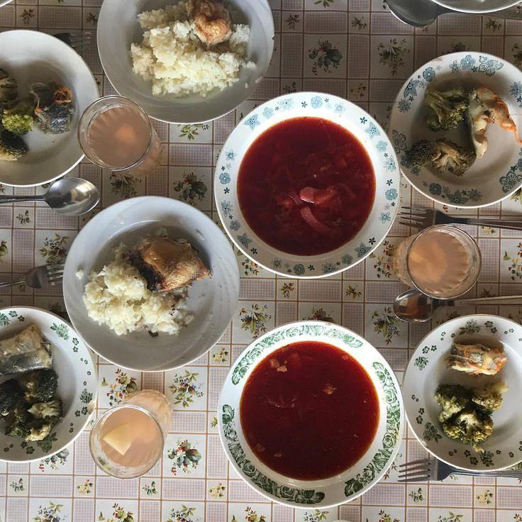 Обед накрыт :-) сегодня нас закуска из брокколи со скумбрией, борщ, рис с курицей, компот из свежих яблок. #детямвкусно #детямполезно #nextcampвсмоленске #обедвnextcamp