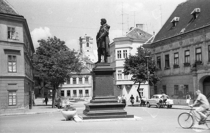 Bécsi kapu (Köztársaság) tér, Kisfaludy Károly szobra (Mátrai Lajos György, 1892.). Háttérben a Püspökvár.