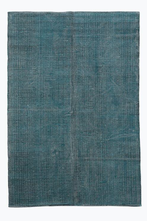Håndvevd teppe i  bomull med trykt mønster. Vasket kvalitet som gir en pen vintagelook (fordi teppet er vasket kan nyanseforskjeller mellom ulike tepper forekomme).  Str 140x200 cm <br><br>For økt sikkerhet og komfort, benytt en antiglimatte som holder teppet ditt på plass. Antiglimatten finnes i flere ulike størrelser. <br><br>100% bomull<br>Vask 30°