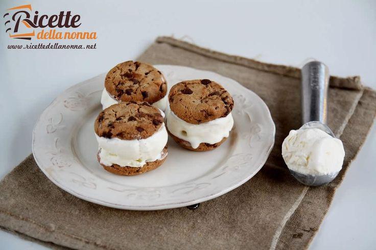 Unidea davvero semplice e veloce ma soprattuto molto golosa per la merenda! Una pallina di gelato fatto in casa senza il bisogno della gelatiera racchiusa tra due cookies croccanti. Conquisterete grandi e piccini!