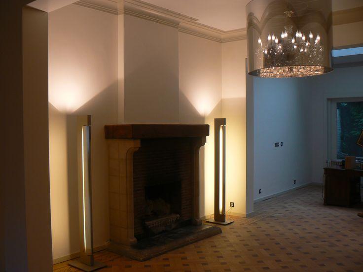 up- sidelighter staande lamp. Links en rechts van de open haard...