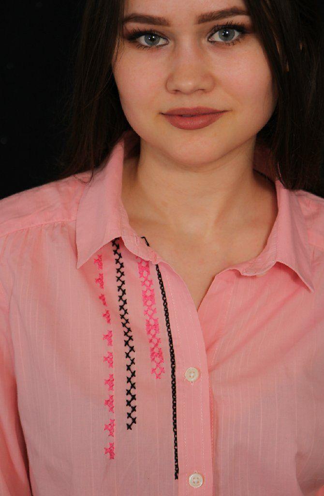 Camasa roz brodata in fata cu un model simplu ,cusut manual.
