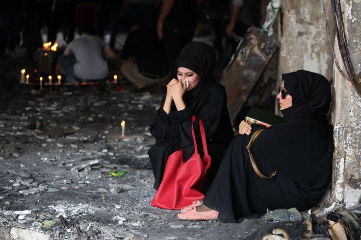 Iraqi women at the site of a suicide-bombing attack in Baghdad's Karrada neighbourhood. (AHMAD AL-RUBAYE / AFP)