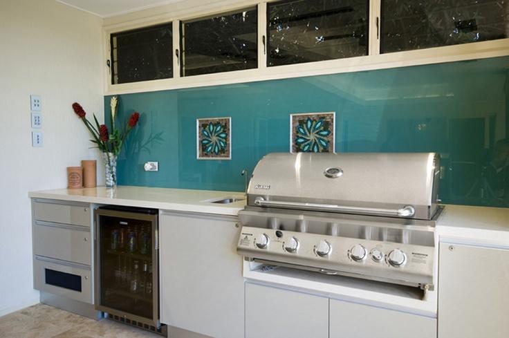 White outdoor kitchen with blue glass splashback - indoor/outdoo kitchen