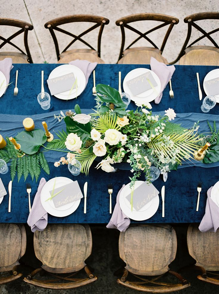wedding tablescapes - photo by INGAVEDYAN http://ruffledblog.com/tropical-hawaiian-wedding-editorial-with-bold-blue