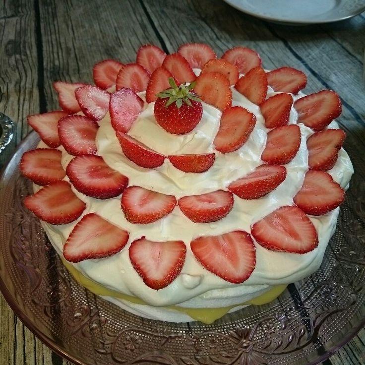 Marängtårta med vaniljkräm och jordgubbar
