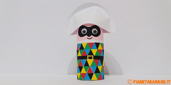 Una simpaticissima versione di Arlecchino con un fine rotolo di carta e cartoncino colorato, un lavoretto di Carnevale per bambini della scuola primaria