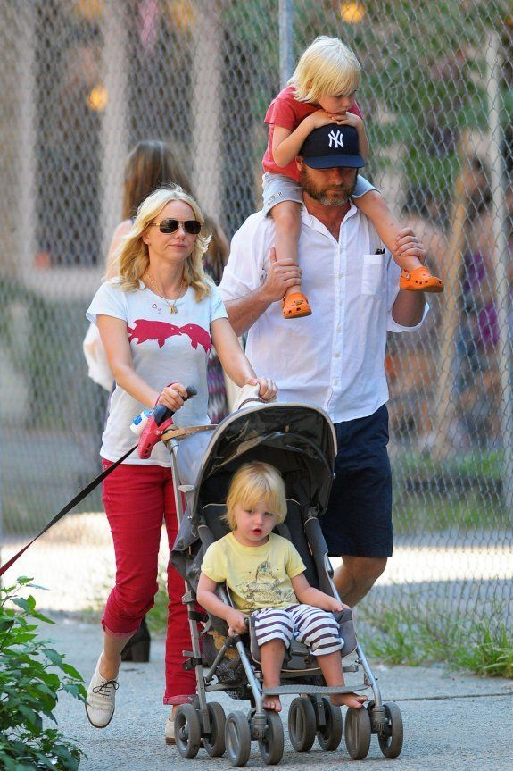 Naomi Watts with her complete family - husband - Liev Schreiber and 2 children...