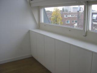 Lage inbouwkasten onder raam door Wallwork interieurontwerp