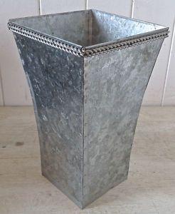 Collection. Décoration. Pot à fleurs coupées en fer galvanisé Lévis…