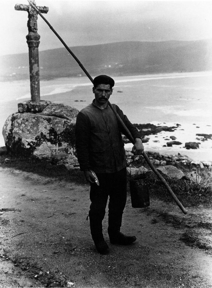 Pescador coa fisga e o balde [A fisherman with his pole and pail]. Fisterra, A Coruña, 1926.