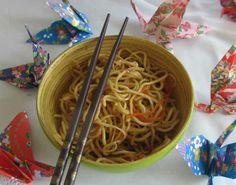 Sebzeli Yakisoba   -  Pınar Ergen #yemekmutfak.com Osaka'da  çok meşhur bir mağaza olan Takashimaya'ya gidip makarna yemek istediğimizde noodle dememize rağmen bir türlü derdimizi anlatamamıştık. Sonradan öğrendik ki ramen veya soba dememiz gerekiyormuş. Sebzeli yakisoba tarifini soba noodle, ramen veya spagetti ile yapabilirsiniz. Yakisoba Japon mutfağına özgü makarnadır. Yakisoba Japon mutfağına özgü makarnadır.