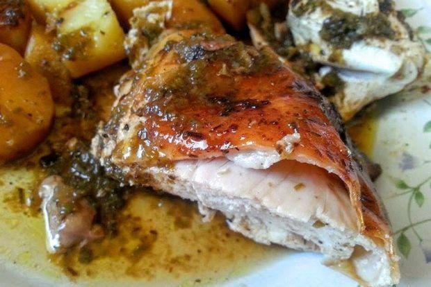 Η εύκολη, καθημερινή ή γιορτινή λύση στο τραπέζι ονομάζεται κοτόπουλο. Βολικό και εύκολο στο μαγείρεμα, το εμπιστεύεσαι για λίγη ώρα στο φούρνο και μετά ροκανίζεις την πετσούλα του. Η δική μου αγαπημένη εκδοχή είναι με πέστο πιπεριάς και πετιμέζι!