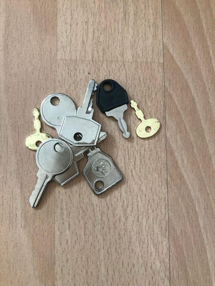 Der Schlüssel. Die Schlüssel (pl.)  Schüssel können Türen öffnen oder Koffer. Ich habe viele Schlüssel, bei denen ich nicht weiß, was sie öffnen. :-)  #vocab #vokabel #deutsch #german #lernen #learn #onewordaday