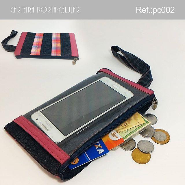 . Carteira Porta-celular  Descrição:  Essa carteira é ideal para uma saída rápida. Possui bolso externo plástico para colocar o celular permitindo usá-lo sem tirar do bolso. Bolsos internos para cartões.  Largura: 20,5 cm Profundidade: 1,5 cm Altura: 11,5 cm Peso: 85g Ref.: pc002 Valor: R$ 25,90(3x sem juros) Pronta entrega: ▃▃▃▃▃▃▃▃▃▃▃▃▃▃▃▃▃▃▃▃ Vendas online pelo WhatsApp e Instagram. WhatsApp: +55 (51) 9548-9298 E-mail: kaleebags@gmail.com Entregamos para todo o Brasil Pagamentos em…