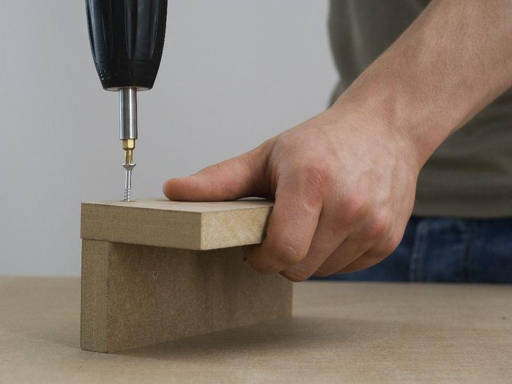 Pasul 1: Îmbinarea prin înşurubare a picioarelor colţar Executaţi găuri pregătitoare în plăcile late pentru picioarele scaunului, în vederea asamblării prin înşurubare cu cele înguste, cu maşina de găurit şi burghiul pentru lemn de 4 mm. Adânciţi găurile la dimensiunile capului de şurub, apoi acoperiţi capetele şuruburilor cu material de şpăcluire, astfel încât să nu se mai vadă deloc, după tratare. Îmbinaţi prin înşurubare, placă lată şi una îngustă, cu şuruburi cu cap înecat de 3,5 x 40…