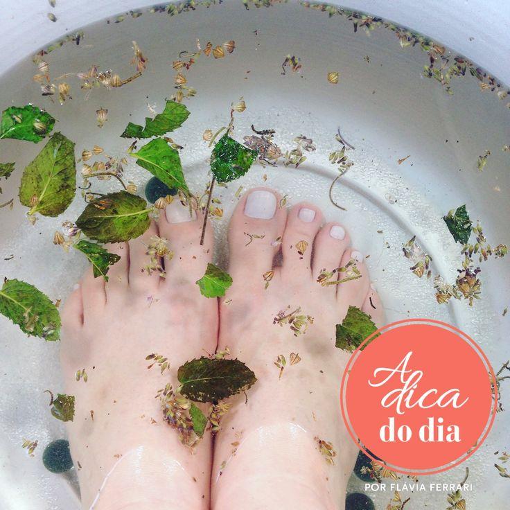 Como fazer um spa em casa com duas receitas de escalda-pés : uma com sal grosso, outra com vinagre #aDicadoDia com Flávia Ferrari