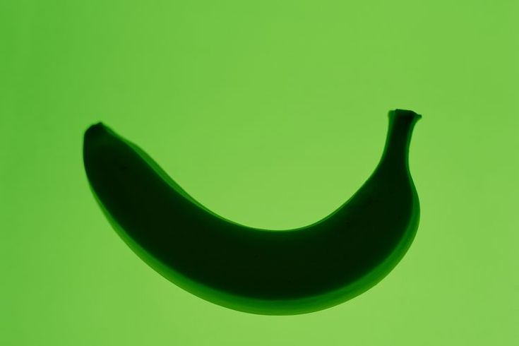 ¿Son las bananas verdes mejores para ti?. La salud se beneficia de la banana en numerosas formas. Tienen alto contenido en potasio, el cual nos ayuda a mantener la presión normal de la sangre, y fibra, que previene enfermedades cardíacas. Las bananas inmaduras son verdes. Se pueden comer, y tienen ...