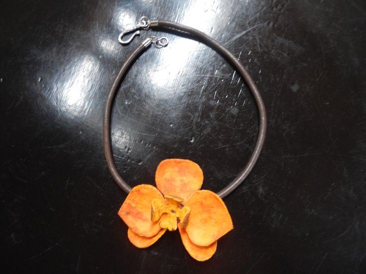 Collar orquídea hecho en piel de naranja