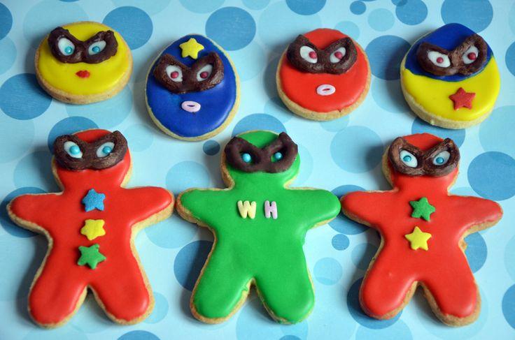 Biscuits super héros, des sablés à la vanille recouverts de glaçage royal avec des masques bretzels au chocolat. Parfait pour un goûter d'anniversaire ! http://www.turbigo-gourmandises.fr/biscuits-super-heros/