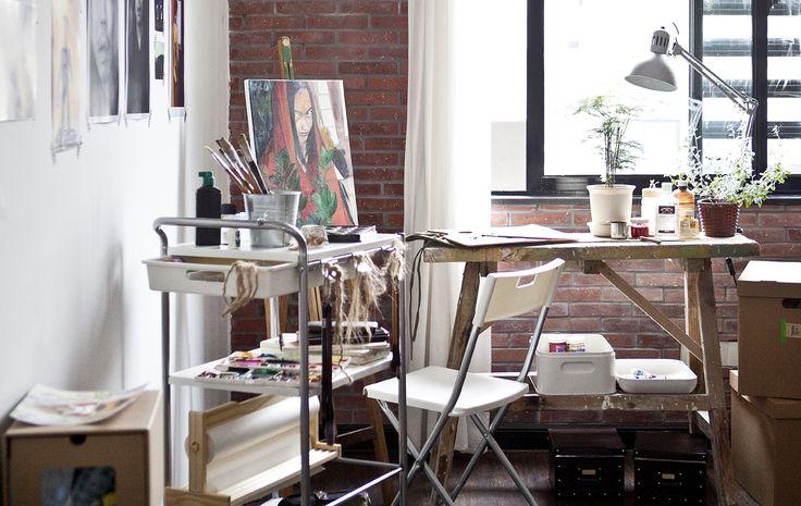 Gràcies al seu carret de pintor en Justin pot treballar en qualsevol habitació de casa seva